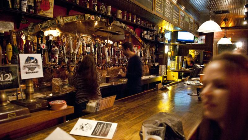 Female guide shows you the most trendy pubs in Stuttgart